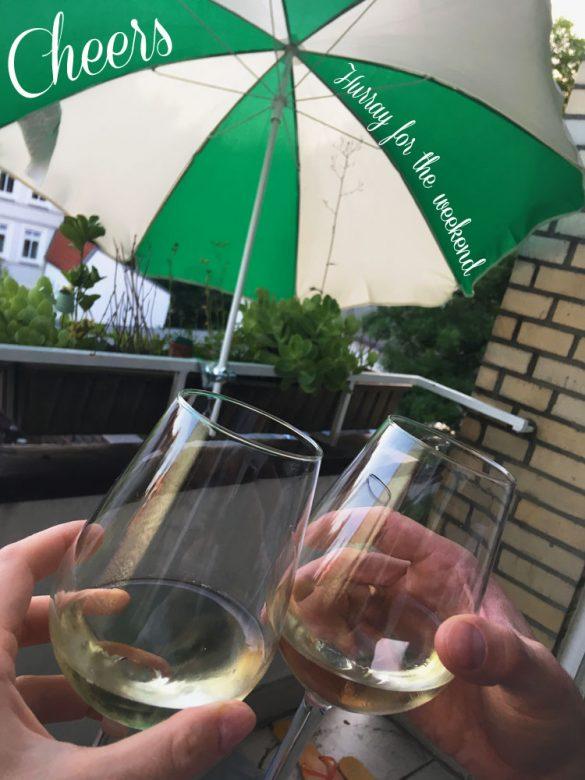 Mit Wein anstoßen, auf dem balkon sitzen