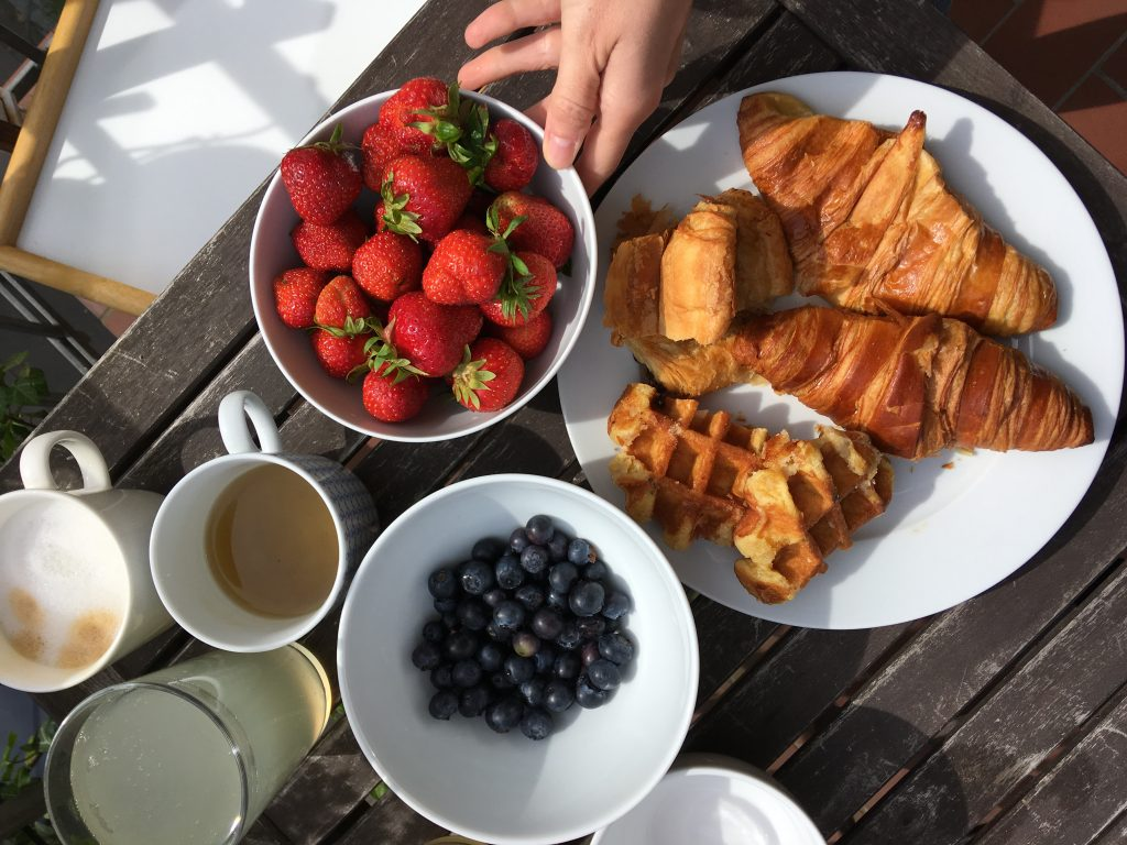 Croissant french breakfast erdbeeren
