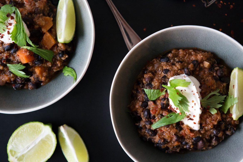 chili sin carne, vegetarisches chili mit süßkartoffel und schwarzen bohnen, vegetarisch essen